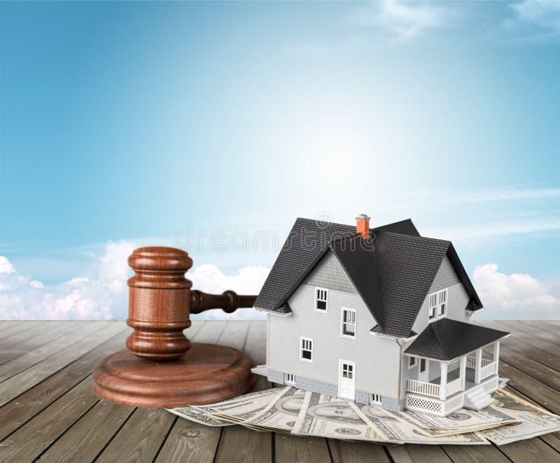 O martelo e a casa de madeira do juiz modelam com copyspace foto de stock royalty free