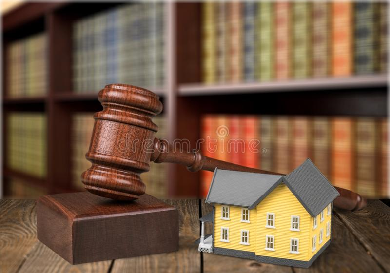 O martelo e a casa de madeira do juiz modelam com copyspace imagem de stock