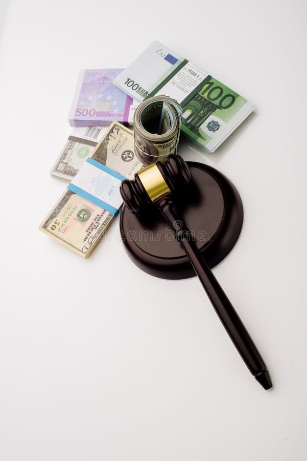 O martelo e os blocos do juiz da vista superior dos dólares e das cédulas do euro em um fundo branco imagens de stock royalty free