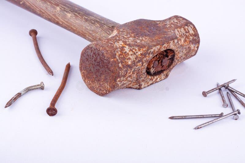 o martelo e a oxidação de pequeno trenó velho pregam a aderência usada na ferramenta branca do fundo isolada imagens de stock royalty free