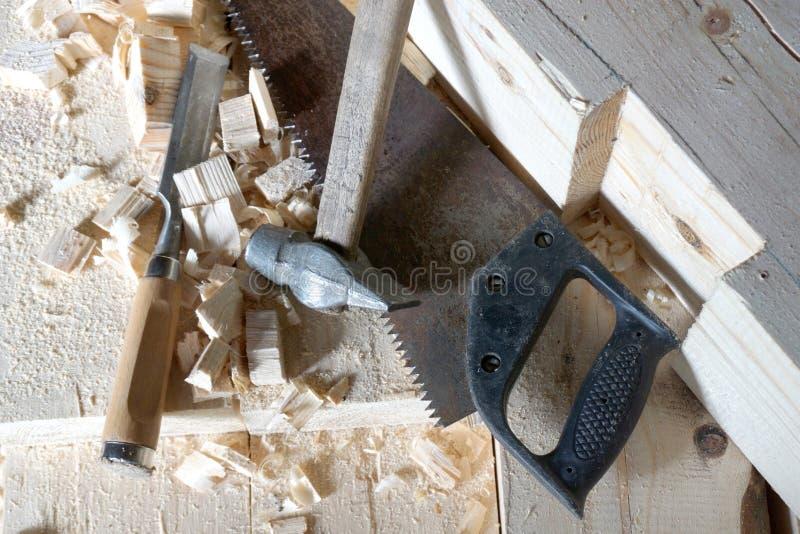 O martelo, a serra e o form?o est?o nas placas imagem de stock