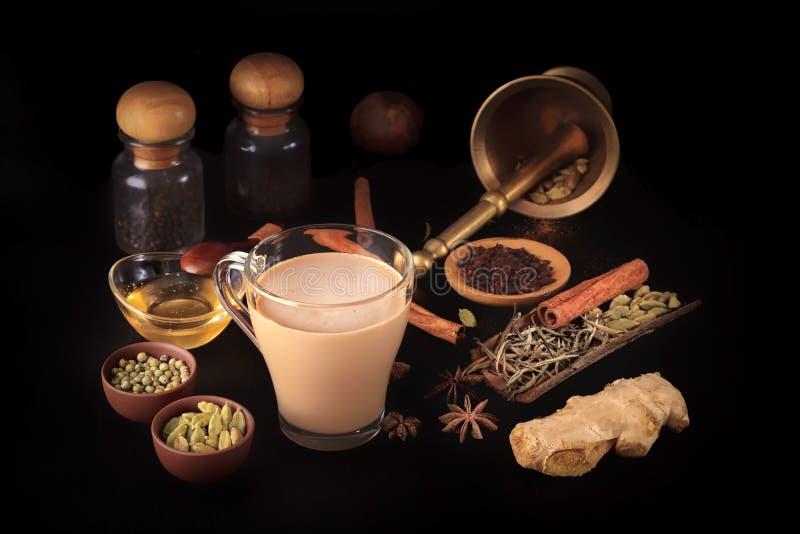 O masala indiano tradicional do chá com especiarias e um vintage bronzeiam o almofariz fotografia de stock