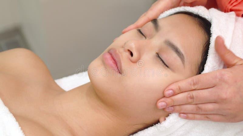 O massagista afaga mordentes do ` s da mulher fotos de stock