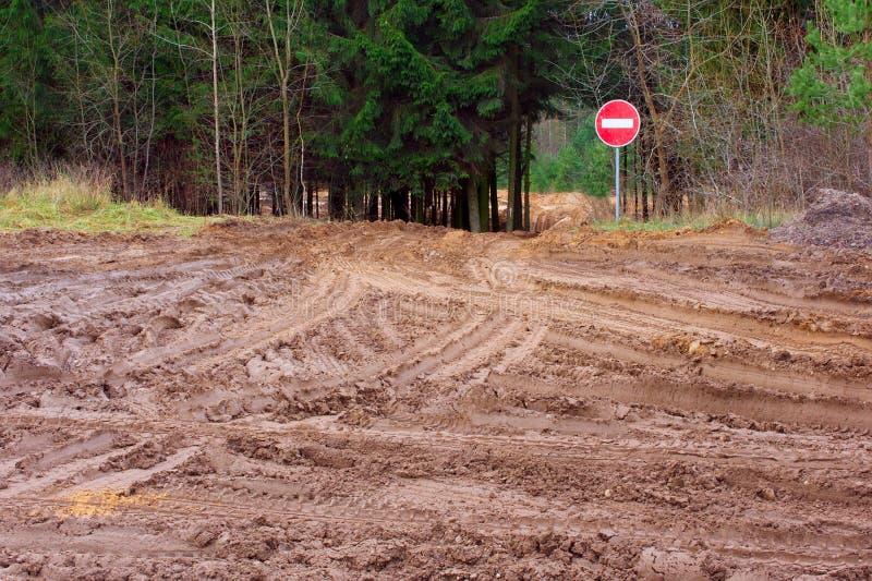 O mau derrama a estrada e para o sinal fotografia de stock royalty free