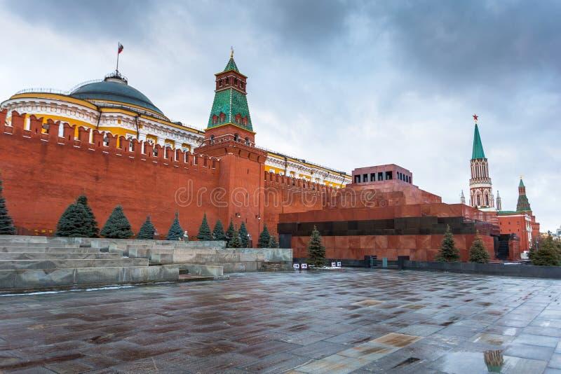 O mausoléu de Lenin no quadrado vermelho e na parede do Kremlin foto de stock