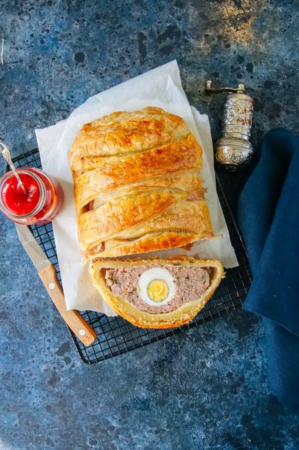 O meatloaf de Turquia com o ovo que enche-se em uma massa folhada serviu no wi imagem de stock royalty free
