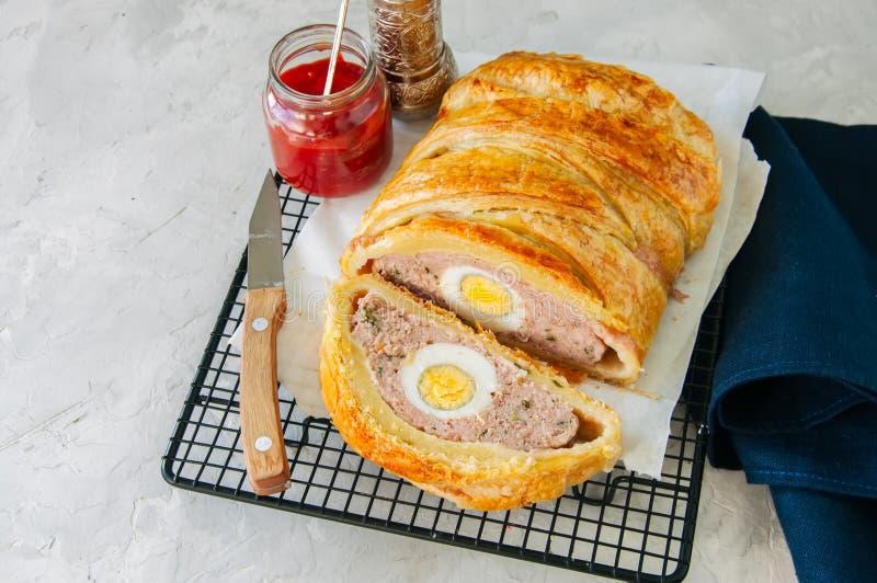 O meatloaf de Turquia com o ovo que enche-se em uma massa folhada serviu no wi fotografia de stock