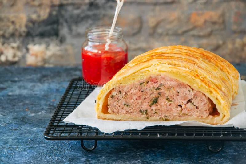 O meatloaf de Turquia em uma massa folhada serviu em uma cremalheira de fio St azul imagem de stock