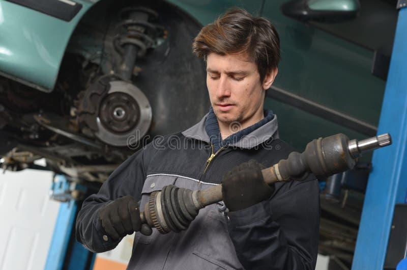 O mecânico de carro/reparador está trabalhando imagens de stock