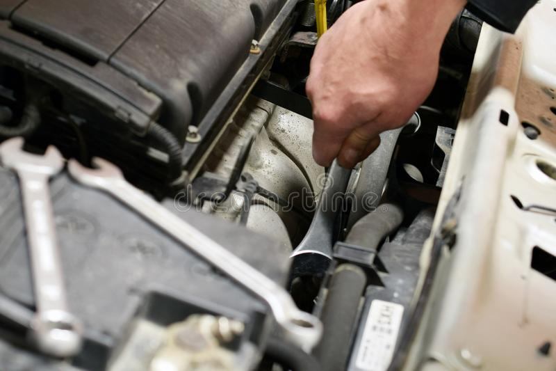 O mecânico de Uto repara o carro fotografia de stock