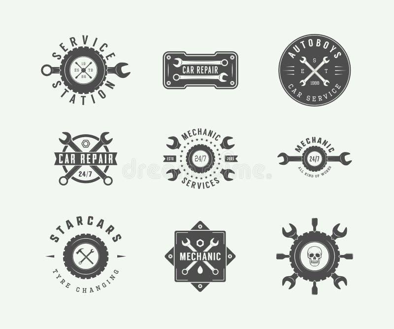O mecânico e o carro do vintage prestam serviços de manutenção a logotipos, emblemas, crachás, etiquetas, ilustração royalty free