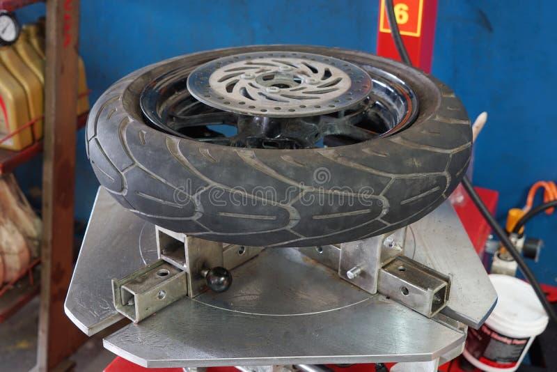 O mecânico remove o close up do pneu foto de stock