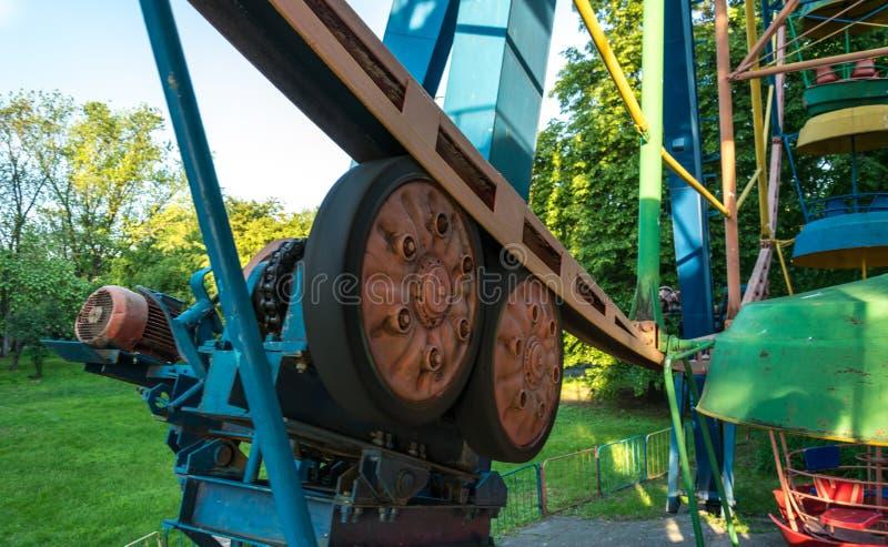 O mecanismo velho do Ferris velho roda dentro o parque imagem de stock