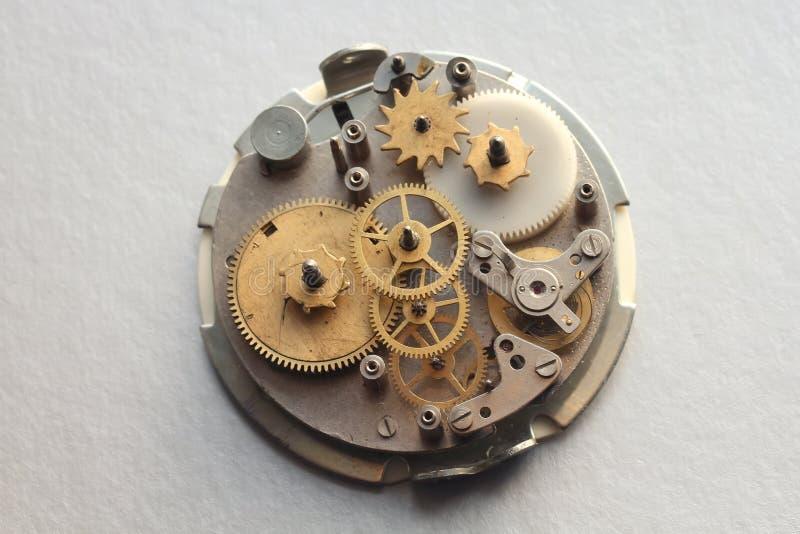 O mecanismo velho do pulso de disparo com engrenagens e parafusos do metal fotografia de stock royalty free