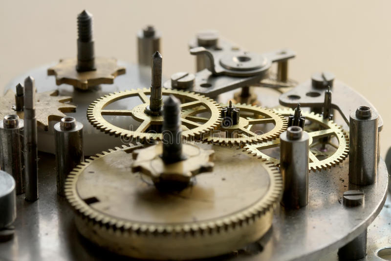 O mecanismo velho do pulso de disparo com engrenagens e parafusos do metal imagem de stock royalty free