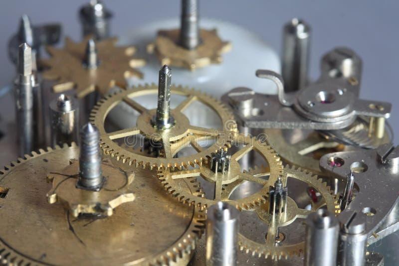 O mecanismo velho do pulso de disparo com engrenagens e parafusos do metal fotos de stock