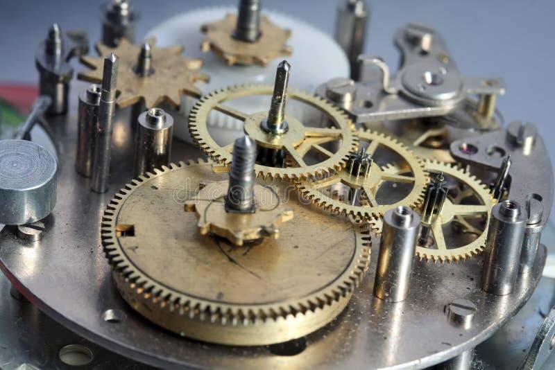 O mecanismo velho do pulso de disparo com engrenagens e parafusos do metal fotos de stock royalty free
