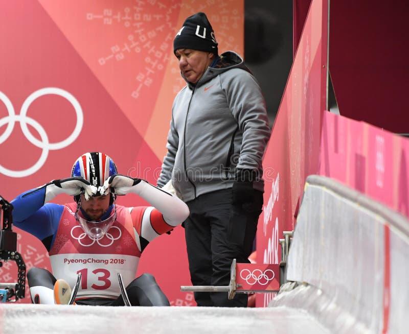 O medalhista de prata Chris Mazdzer do Estados Unidos compete em Luge homens que o ` s escolhe no centro deslizante olímpico fotografia de stock royalty free