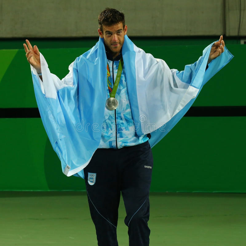 O medalhista de prata Juan Martin Del Potro de Argentina durante o ` s dos homens do tênis escolhe a cerimônia da medalha do Rio  imagem de stock royalty free