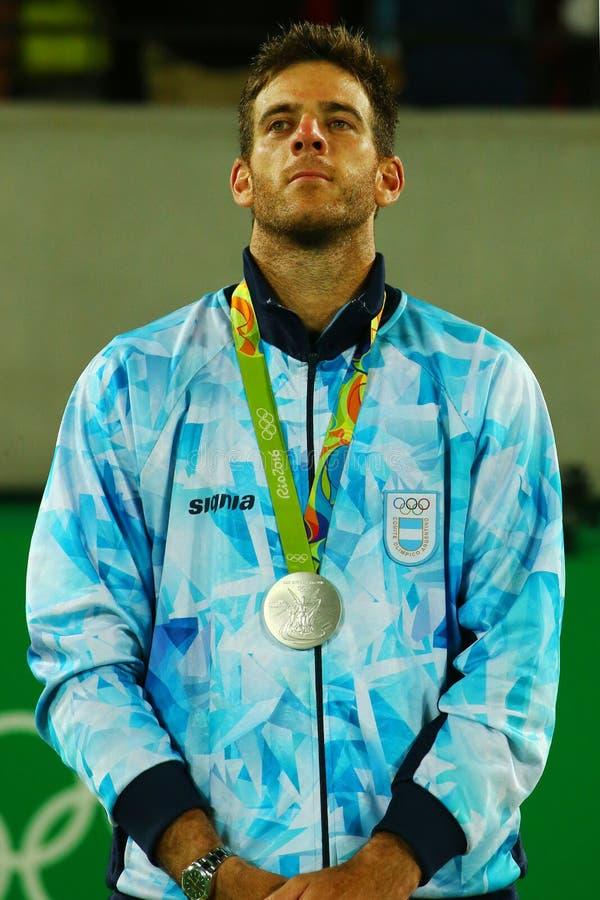 O medalhista de prata Juan Martin Del Potro de Argentina durante o ` s dos homens do tênis escolhe a cerimônia da medalha do Rio  imagens de stock