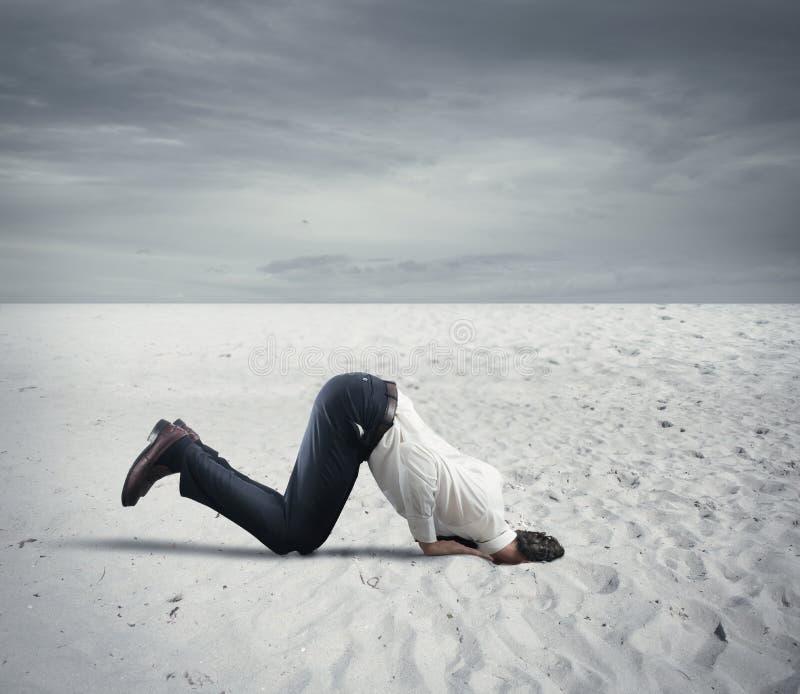 O medo da crise com homem de negócios gosta de uma avestruz foto de stock