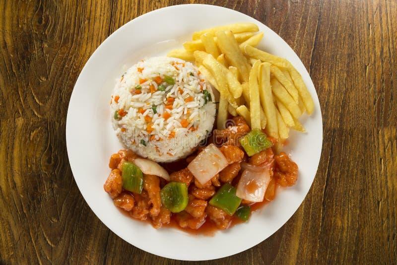 O mein da comida da galinha um prato oriental popular disponível no chinês toma saídas imagem de stock royalty free