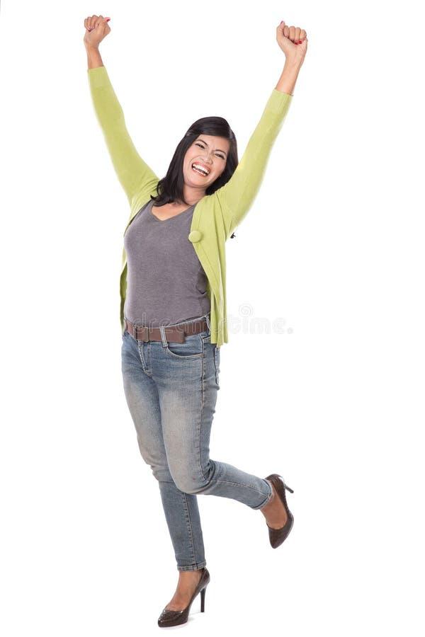 O meio bonito envelheceu a mulher asiática isolado muito entusiasmado e feliz foto de stock