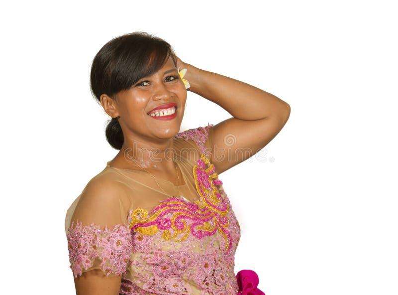O meio bonito envelheceu a mulher indon?sia do Balinese 40s no sorriso tradicional do vestido da cerim?nia religiosa alegre no is fotos de stock