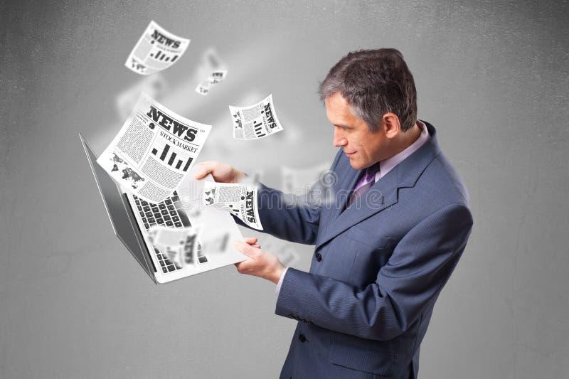 O meio envelheceu o homem de negócios que guardara o caderno e que lê o explosi imagens de stock