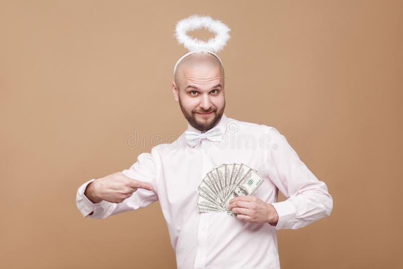 O meio considerável feliz envelheceu o anjo calvo na camisa e no st branco do halo fotografia de stock