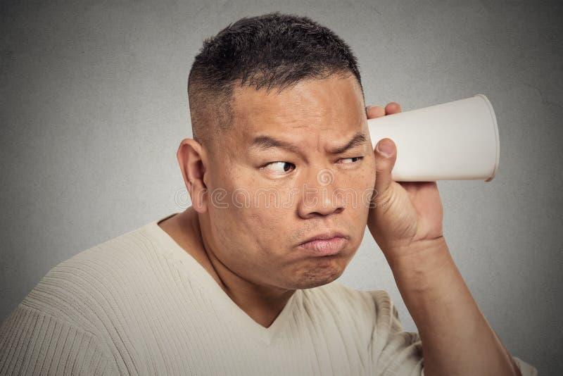 O meio curioso de vista engraçado envelheceu o homem que escuta a conversação imagem de stock