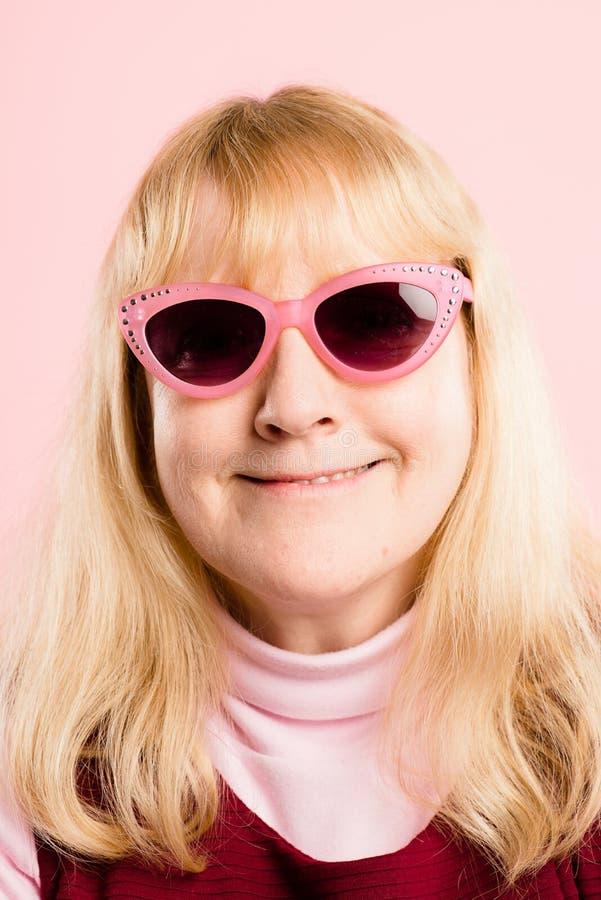 Definição alta dos povos reais engraçados do fundo do rosa do retrato da mulher foto de stock