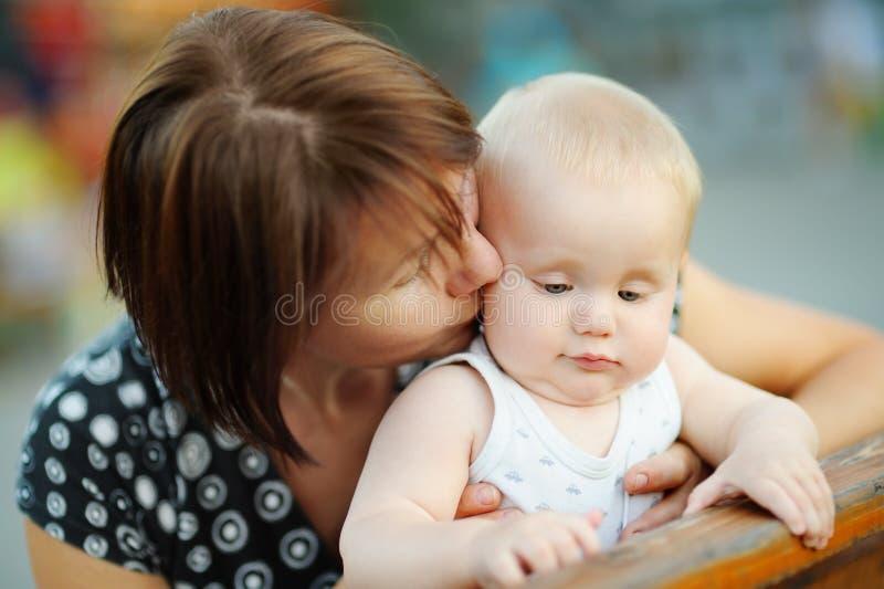 O meio envelheceu a mulher e seu neto pequeno adorável fotos de stock royalty free