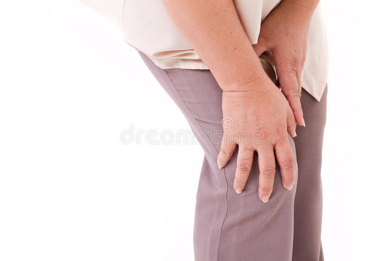O meio envelheceu a mulher que sofre da dor do joelho, ferimento comum imagens de stock