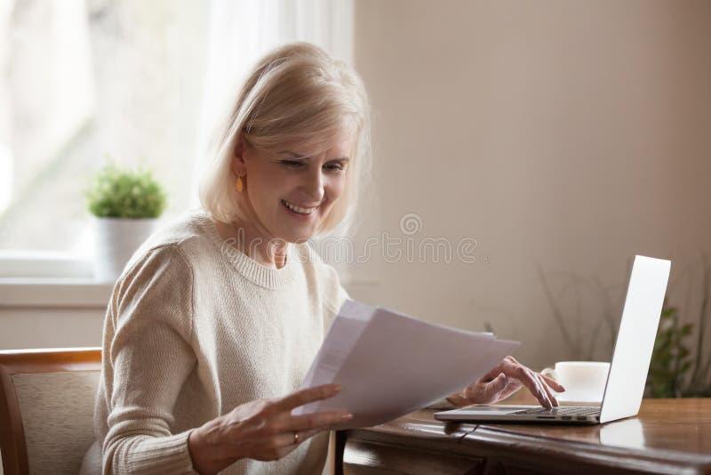 O meio envelheceu notícia de leitura recebida fêmea do documento a boa fotografia de stock