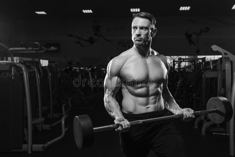 O meio envelheceu o barbell de levantamento modelo da aptidão no gym fotos de stock royalty free