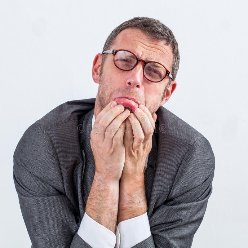 O meio envelheceu o homem de negócios que implora para evitar o esforço e a neutralização fotos de stock