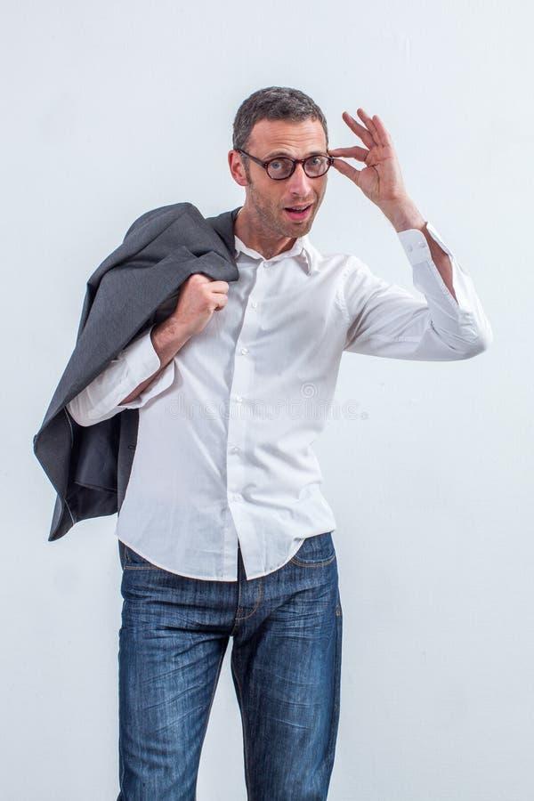 O meio feliz envelheceu o homem incorporado que está em guardar seus monóculos imagem de stock royalty free
