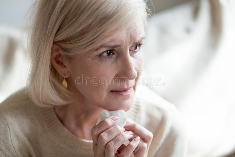 O meio frustrante triste envelheceu a mulher em lágrimas que pensa da solidão foto de stock