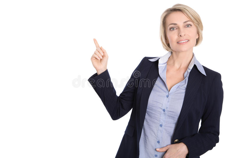 O meio isolado envelheceu a mulher de negócio que aponta no branco com finge fotos de stock royalty free
