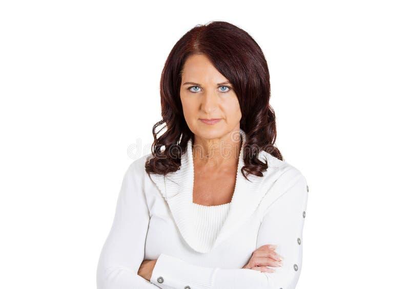 O meio sério da virada infeliz envelheceu o fundo do branco da mulher imagem de stock