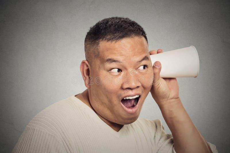 O meio surpreendido curioso envelheceu o homem que escuta a conversação foto de stock royalty free