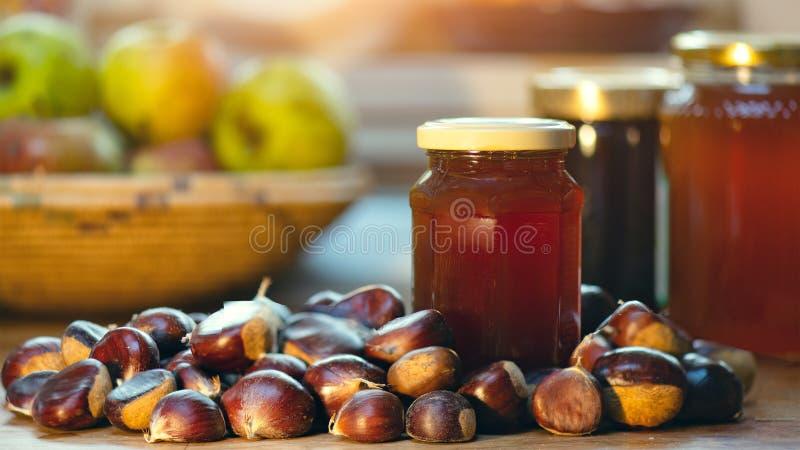 O mel da castanha perto das castanhas escolheu recentemente nas madeiras imagens de stock