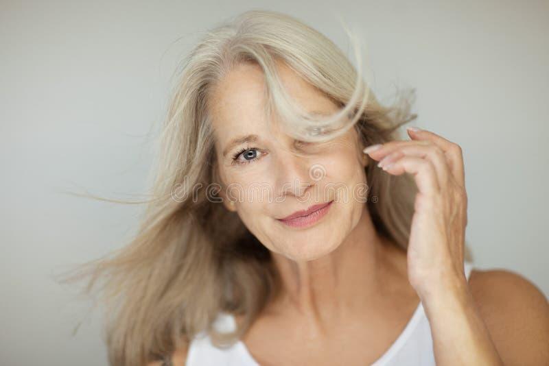 O melhor bonito e auto-confiante impressionante envelheceu a mulher com cabelo cinzento fotografia de stock