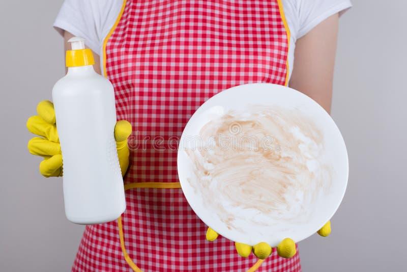 O melhor produto para remover graxa da crockery é usar um bom conceito de detergente Foto de fechamento cortada do trabalhador do fotos de stock