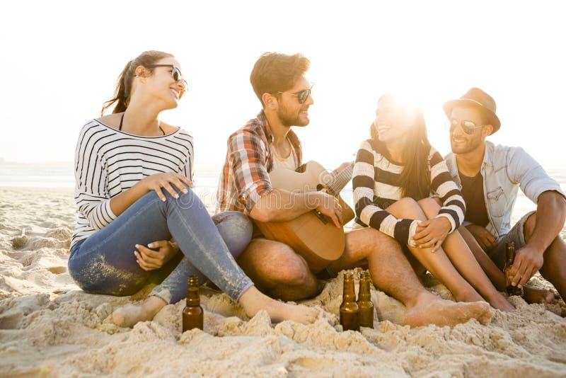 O melhor verão é com amigos foto de stock