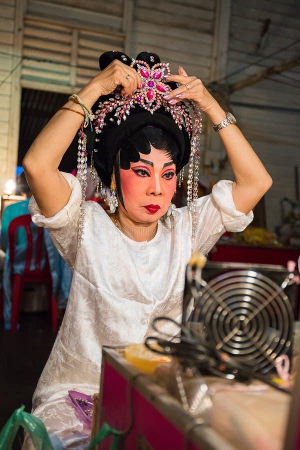 O membro de Opera do chinês prepara-se em de bastidores foto de stock royalty free
