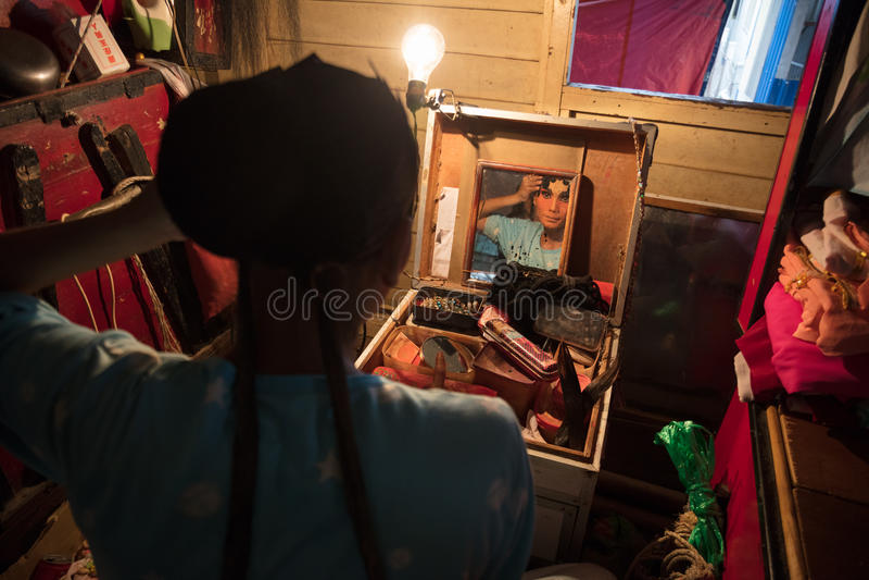 O membro de Opera do chinês prepara-se em de bastidores fotografia de stock