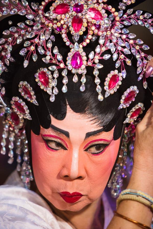 O membro de Opera do chinês prepara-se em de bastidores fotografia de stock royalty free