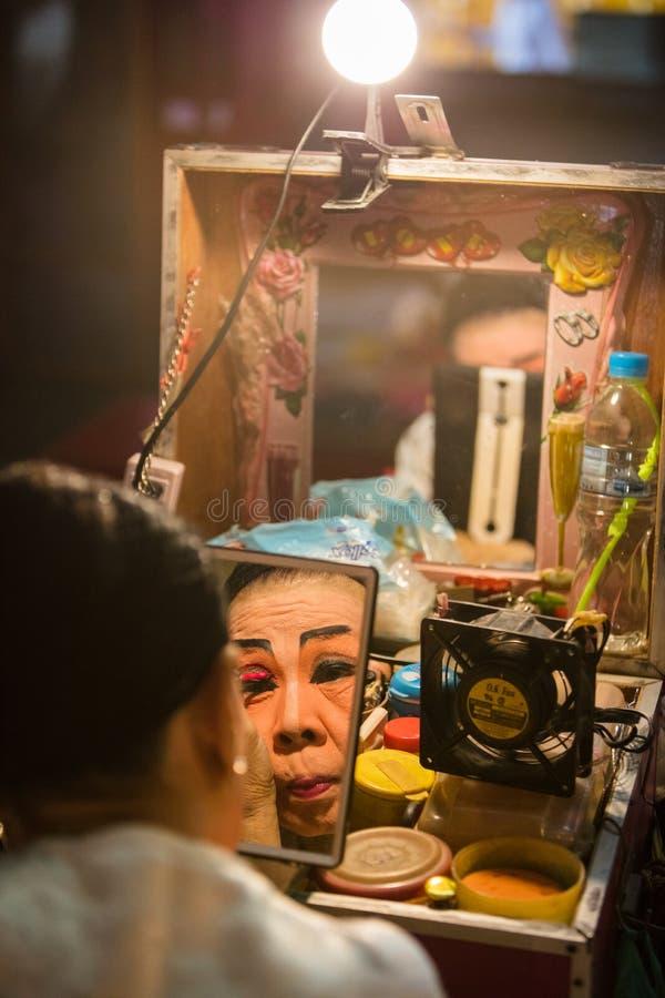 O membro de Opera do chinês prepara-se em de bastidores imagem de stock